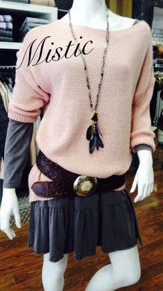 Que os parece este conjunto?? Vestido gris, Jersey Rosa, cinturon de cuero marron y collar de plumas en tonos gris y negro. Mistic, la llagosta plaza la concordia n5.