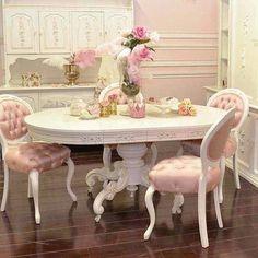 En el comedor, tiene un la Mesa rosa y sillas Rosas.
