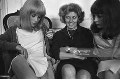 Shooting Of The Film 'Les Demoiselles De Rochefort ' By Jacques Demy. Le 13 juin 1966 en France, Catherine DENEUVE montre sa jambe à sa mère Renée SIMONOT ...