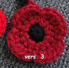 Ravelry: crocheted poppies, 5 versions pattern by Suzanne Resaul Knitted Poppy Free Pattern, Crochet Flower Patterns, Crochet Motif, Crochet Flowers, Crochet Stitches, Knit Crochet, Crochet Ideas, Knitting Patterns, Knitting Tutorials