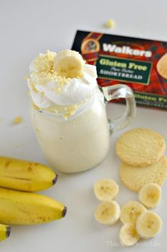 This banana cream pie milkshake is the perfect dessert for those of you who love Thanksgiving pie but don't want to go to all the trouble of making it. You are going to love these classic pie flavors that can be made in minutes. Banana Shake Recipe, Banana Pie, Banana Cream, Banana Recipes, Shake Recipes, Pie Recipes, Dessert Recipes, Easy Gluten Free Desserts, Easy Desserts