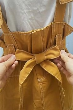 Bridesmaid Dresses Discover How to Make a Bow Como hacer moño en vestidos Diy Fashion Hacks, Fashion Tips, Fashion Quiz, Fashion Websites, Mode Outfits, Fashion Outfits, 80s Fashion, Korean Fashion, Boho Fashion