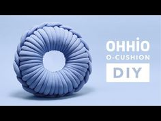 How to hand crochet a round cushion with Ohhio braid? Try our O-Cushion DIY kit to make unique decor item that will refresh your interior. Knitting Yarn Diy, Chunky Knitting Patterns, Arm Knitting, String Crafts, Yarn Crafts, How To Make Pillows, Diy Pillows, Crochet Home, Hand Crochet