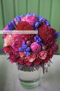 Малиновый свадебный букет из пионовидных роз с целозией и синей гентианой