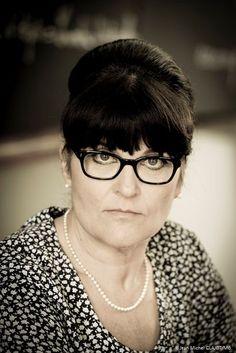 Mme GOUIRAN Professeur de Mathématiques et de Sciences au #Pensionnat  Souriante et drôle, elle répond toujours présente lorsqu'un élève se trouve en difficulté. Pleine d'astuces pour les faire progresser, elle a notamment instauré un système de notation de leur comportement en classe...
