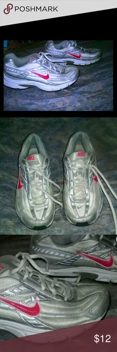 Women's Size 8 NIKE Running Shoe EXCELLENT CONDITION!  Light Gray with Pink Nike Emblem Running Shoe Nike Shoes Sneakers