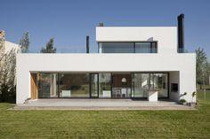 Analizaremos una moderna casa de dos pisos que cuenta con una hermosa y sencilla estructura rectangular, amplios espacios interioresbien iluminados gracias a los vanos acristalados que van de …