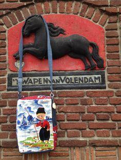 CreaCrola-tas op locatie, model AanDeWandel met geborduurd Hollands jongentje: daggetje naar Volendam www.CreaCrola.nl