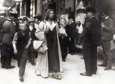 Willy Römer, Lebensreformer mit langem Rock sorgt auf Berlins Straßen für Aufsehen, 1906.