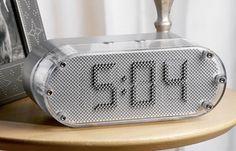 Aqui está um interessante relógio, o Pin Clock, para a sua mesa.
