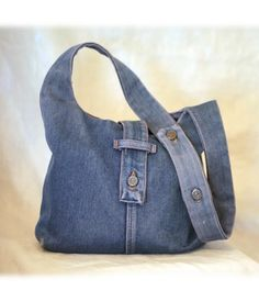 Bag pattern from old jeans crafts Denim Tote Bags, Denim Purse, Jeans Denim, Jean Purses, Purses And Bags, Recycled Denim, Shoes With Jeans, Purse Patterns, Fabric Bags