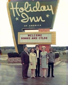 "Family photographed with Warren Beatty, Faye Dunaway and Michael Pollard during the 1967 premier of the movie ""Bonnie & Clyde"" in Denton, Texas. (Note the misspelling on the sign. Bonnie And Clyde 1967, N America, Denton Texas, Warren Beatty, Psychedelic Music, Faye Dunaway, Old Signs, Michael J"