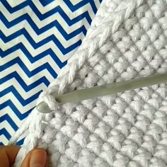 How to knit basket crochet video tutorial Diy Crochet Bag, Bead Crochet, Double Crochet, Crochet Stitches Patterns, Knitting Patterns, Braidless Crochet, Crochet Abbreviations, Tunisian Crochet, Crochet Videos