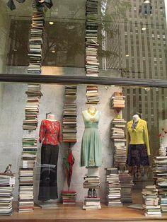 Escaparatismo. Escaparate de moda femenina con libros.