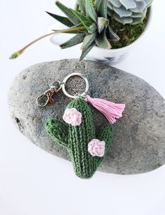 From the board: My cactus day. Crochet Cactus, Knit Crochet, Cactus Keychain, Crochet Projects, Sewing Projects, Knitting Patterns, Crochet Patterns, Crochet Keychain, Crochet Animals