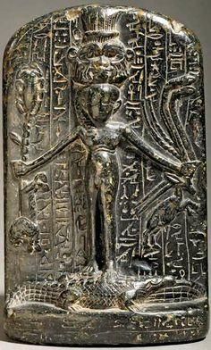 Stèle d'Horus sur les crocodiles - cette stèle montre le dieu maitrisant les dangers - le Louvre Paris