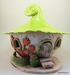 XL Keramik Windlicht / Wichtelhaus mit Boden Das Keramik-Windlicht XL Lichthaus kann im Garten oder im Innenbereich als Dekoration verwendet werden. Ein Teelicht oder eine Kerze im Windlicht sorgt für eine gemütliche und romantische Atmosphäre.