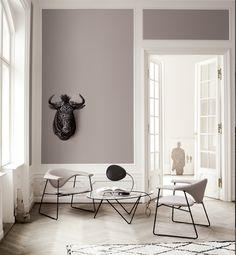 Tisch Pedrera - Gubi   SCHÖNER WOHNEN-Shop Lounge Tisch im Bauhaus Stil. Der Tisch besteht aus einem schwarz lackiertem Stahlgestell und einer Glasplatte.