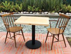 Mesa pintada en negro microtexturizado con superficie de madera.