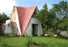 Trek jou dwerghoedjie aan wanneer jy in die Gnome Cottage in Clarens 'n draai kom maak. Gnome Garden, Rest Of The World, Countries Of The World, Weekend Getaways, Gnomes, Outdoor Gear, Places To Travel, Tent, Shed
