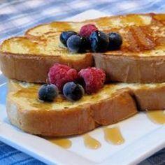 Arme Ritter - bei Kindern und Erwachsenen beliebt. French Toast Rezept. Mit Ahornsirup und Obst servieren. Leckeres Frühstück http://de.allrecipes.com/rezept/907/arme-ritter.aspx