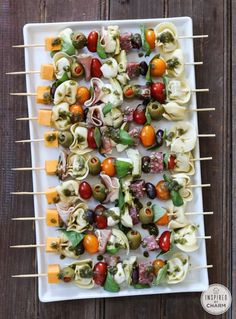 Antipasto Kabobs (Antipasto Skewers) are a delicious, easy, and beautiful appetizer recipe.These Antipasto Kabobs (Antipasto Skewers) are a delicious, easy, and beautiful appetizer recipe. Antipasto Kabobs, Antipasto Skewers With Tortellini, Appetizer Skewers, Antipasto Platter, Fruit Kabobs, Snacks Für Party, Parties Food, Game Night Snacks, Pool Snacks