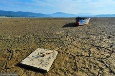 Zdjęcie numer 0 w galerii - Jezioro Żywieckie przez suszę jest wyschnięte jak kałuża. Łodzie osiadły na spękanym dnie [ZDJĘCIA]