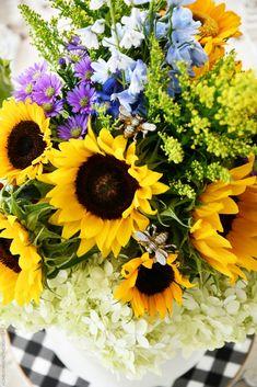 Hydrangea Arrangements, Beautiful Flower Arrangements, Flower Centerpieces, Beautiful Flowers, Low Maintenance Shrubs, Limelight Hydrangea, Hydrangea Not Blooming, Bee Jewelry, Floral Foam