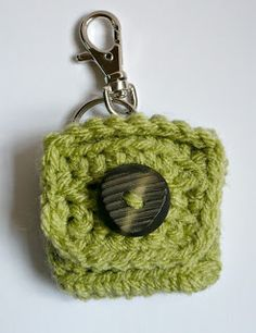 Ravelry: Small Square Coin Purse with key ring and clasp pattern by Melbangel Crochet Change Purse, Crochet Coin Purse, Crochet Purses, Crochet Bags, Coin Purse Pattern, Crochet Keychain Pattern, Purse Patterns, Beginner Crochet Tutorial, Crochet For Beginners