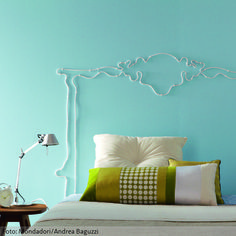 Das bequeme Bett steht bereits, aber darüber sieht die Wand ohne Betthaupt noch etwas leer aus