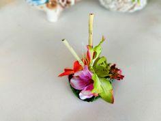 Hawaiian hairpiece, tiki fascinator, bamboo hair clip, tropical flowers hair accessory, rockabilly hair flower, 50s pin up headpiece.  Adorable hawaiian flower hairpiece with 3 tropical flowers, leaf base and two bamboo sticks.