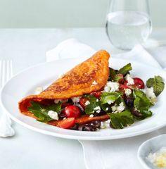 Herrlich raffiniert: Bulgur, Datteln und Tomatensaft beleben den Pfannkuchenteig. Zitronigen Kräutersalat mit Feta gibt's als Füllung dazu.