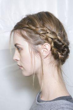trenza en todo el cabello pero con un poco de pelo afuera lo hace ser un look despreocupado