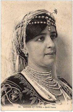 Lalla Fatma N'soumer (1830-1863). C'est une femme kabyle, originaire du village d'Ouerja, qui s'est rebellé contre le destin. Son vrai nom est Fatma Sid Ahmed.Très tôt sa famille veut la marier. Plusieurs prétendants se présentent, mais elle n'en choisit aucun. Suite à l'occupation de la Haute Kabylie par les armées du Maréchal Randon, Lalla Fatma N Soumer mena une insurrection, qui restera une des plus importantes. Lalla s'est jetée dans des batailles sanglantes pour repousser l'ennemi.