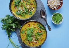 Der er ikke noget bedre end en god suppe, der varmer dig ud på de kolde vinteraftener. Få opskriften på denne lækre suppe med karry og kokos
