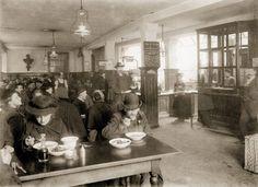 1904: Viele können sich München nicht leisten: eine Armenspeisung in der Hotterstraße. Foto: © Stadtarchiv München / Courtesy Schirmer/Mosel