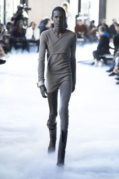 Discover NOWFASHION, the first real time fashion photography magazine to publish exclusive live fashion shows. All About Fashion, Live Fashion, Fashion Show, Fashion Design, Paris Look, Androgynous Fashion, Rick Owens, Male Models, Runway Fashion