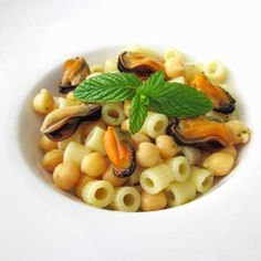 Ricetta originale per realizzare una perfetta pasta con cozze al profumo di menta e ceci. Leggi la ricetta: www.frescopesce.it/ditali-con-cozze-al-profumo-di-menta-e-ceci