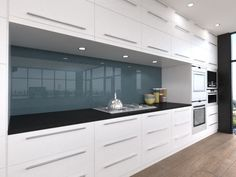 Renovating your house, but not sure what splashback colour to choose? Go to our website and select the colours of your cabinets, worktop and AluSplash panel to get a feel of how the combinations work together to help you design your dream kitchen. Layout Design, Design A Space, Glass Design, Design Ideas, Kitchen Splashback Tiles, Kitchen Flooring, Glass Splashbacks, Kitchen Styling, Kitchen Decor