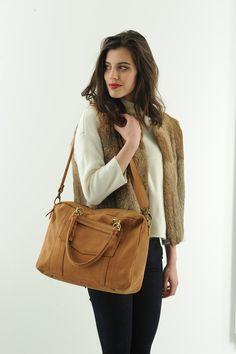 - Antoinette Ameska - Sac London Camel #antoinetteameska #sac #voyage #cuir #fourrure #mannequin #tendance #créateur #fashion
