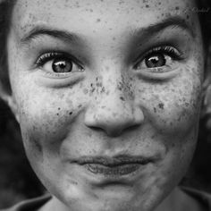 Kid / Freckles / Black and White Photography Foto Portrait, Portrait Photography, People Photography, Smile Face, Make You Smile, Beautiful Smile, Beautiful People, Beautiful Freckles, Freckle Face
