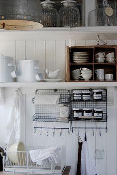 Little Emma English Home: Shabby Cozinha Shabby Chic, Shabby Chic Kitchen, Country Kitchen, Rustic Kitchen, Kitchen Dining, Kitchen Decor, Kitchen Storage, Kitchen Shelves, Open Kitchen