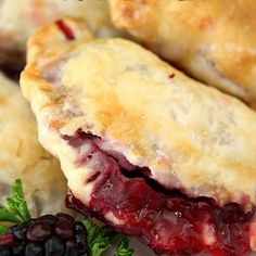 Blackberry Hand PIes - These individual blackberry hand pies are flaky, stuffed full with a delicious homemade blackbery sauce made with fresh blackberries. Pecan Cobbler, Blackberry Cobbler, Blackberry Sauce, Blackberry Recipes, Cobbler Recipe, Pecan Pies, Fruit Recipes, Cooking Recipes, Dessert Recipes