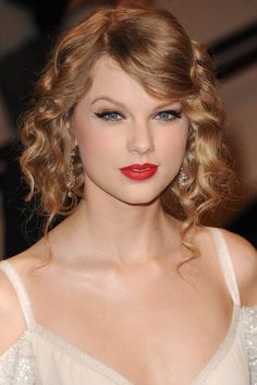 Taylor Swift Red Lipstick, Taylor Swift Makeup, Taylor Swift Hair, Taylor Alison Swift, Beauty Secrets, Beauty Hacks, Perfect Red Lips, Taylor Swift Pictures, Celebrity Beauty