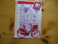 Fiets van Marianne design.Met hollandse grachtenpanden op de achtergrond.