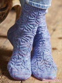 Ажурные носки связаны рисунком с плавными изогнутыми линиями, которые в совокупности напоминают нежные цветочные головки. Размер: