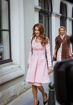 Make one special photo charms for you, compatible with your Pandora bracelets. ♔♛Queen Rania of Jordan♔♛. May Queen Rania, state visit to Belgium Queen Rania, Queen Letizia, Classy Outfits, Cute Outfits, Elegantes Outfit, Office Fashion, Royal Fashion, Modest Fashion, Lady