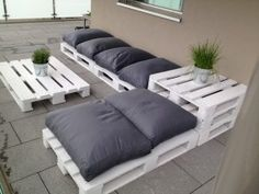 Use recycled wood pallet ideas to make cheap outdoor furniture. Right up my alley.