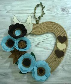 Halatlı Kalpli Kapı Süsleri ,  #keçekapısüsleri , Halatlı, keçeden çiçeklerle süslenmiş tamamı el yapımı tasarım kapı süsü... Yaklaşan Anneler Gününe özel çok şık bir hediye seçe...
