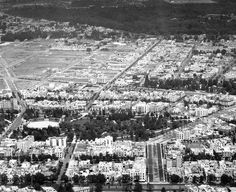 Una vista aérea de 1933 donde se aprecian las calles de la colonia Hipódromo en primer plano. Abajo está la avenida Insurgentes, y destaca el Parque México con su teatro Lindbergh; más arriba se encuentran las calles de la colonia Condesa, algunas de ellas apenas trazadas, y en el fondo, el Bosque de Chapultepec.  Imagen: ICA/Aerofoto